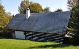 ukázka dřevěné roubené stavby s dřevěnou šindelovou střechou